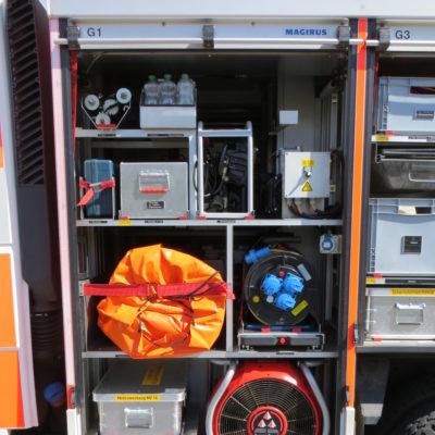 Gerätefach 1: u.a. Überdrucklüfter, Mehrzweckzug, Sprungpolster, Kabeltrommeln und Beleuchtungsgruppe