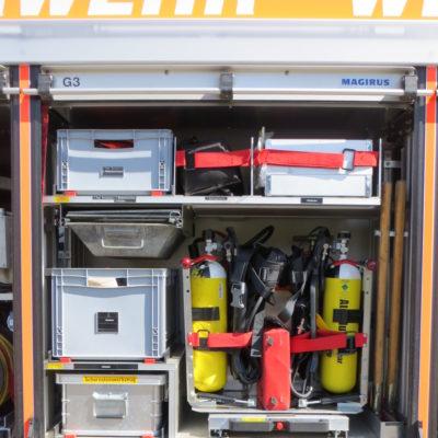 Gerätefach 3: u.a. 2 Pressluftatemschutzgeräte, Notfallkoffer und Schornsteinfegerwerkzeug