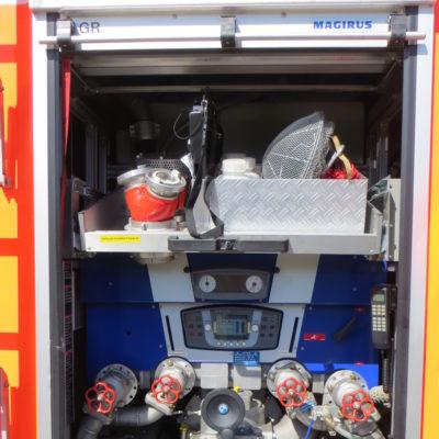 Gerätefach Rückseite: Pumpenbedienstand und Ausziehfach mit Material zur Wasserentnahme aus offenen Gewässern, Schaummittel und der Atemschutzüberwachungstafel