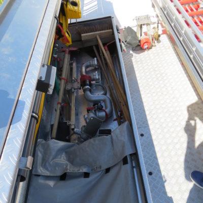 linkes Dachfach: u.a. Spine-Board, Schleifkorbtrage, Besen, Schaufeln, mobiler Wasserwerfer