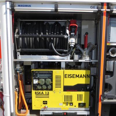 Gerätefach 6: u.a. Stromerzeuger, Schnellangriffseinrichtung (abrollbarer Schlauch mit angekuppelten C-Hohlstrahlrohr), Verteiler mit 1 B-Schlauch