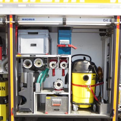 Gerätefach 4: u.a. 2 C-Hohlstrahlrohe, Hygieneboard, B-Merhzweckstrahlrohr, Tauchpumpe, Wassersauger, Wathosen und Trennschleifer