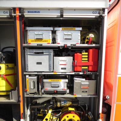 Gerätefach 2: u.a. Materialien zur technischen Hilfeleistung, hydraulischer Rettungssatz, Hebekissen, Handwerkzeug und Unterbaumaterial