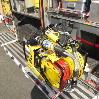 Ausgezogener hydraulischer Retttungssatz mit angeschlossenem Rettungszylinder und Schere/Spreizer Kombigerät