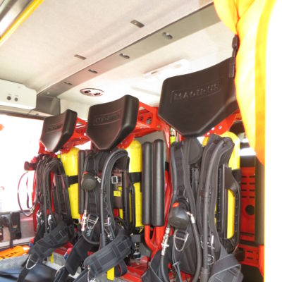 Mannschaftskabine mit 3 im Sitz verbauten Pressluftschutzatemgeräten