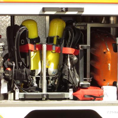 Gerätefach 2: u.a. 2 Pressluftatemschutzgeräte