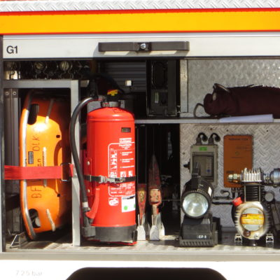 Gerätefach 1: u.a. Schleifkorbtrage, Feuerlöscher,  Handscheinwerfer, Feuerwehraxt